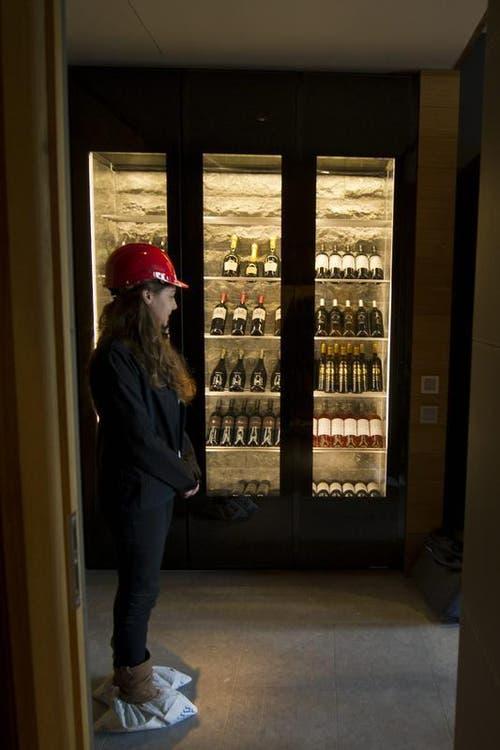 16.04.2013: Ein Weinschrank im Musterzimmer im «The Chedi». (Bild: Keystone)