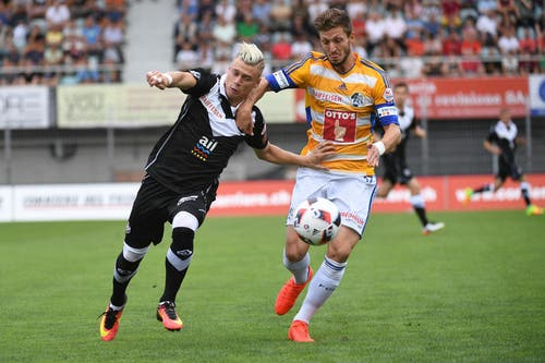 Der Luzerner Simon Grether (rechts) kämpft um den Ball gegen Ezgian Alioski vom FC Lugano. (Bild: Keystone / Gabriele Putzu)