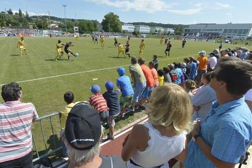 Zuschauer verfolgen das Spiel im Schweizer Fussball Cup zwischen dem FC Murten (2. Liga) und dem FC Luzern (Super League) in Murten. (Bild: Keystone)