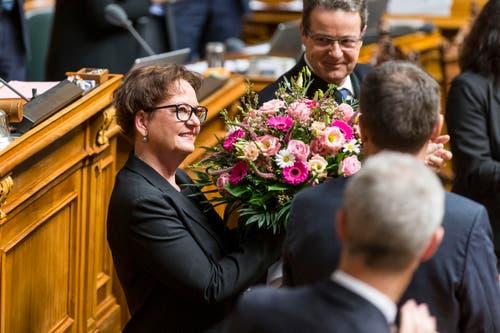 Die zurücktretende Bundeskanzlerin Corinna Casanova erhält Blumen zum Abschied vor der Vereinigten Bundesversammlung. (Bild: KEYSTONE / PETER KLAUNZER)