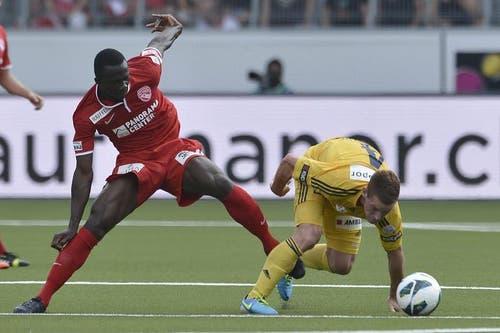 Luzerner Oliver Bozanic gewinnt das Duell gegen den Thuner Sekou Sanogo. (Bild: Keystone)