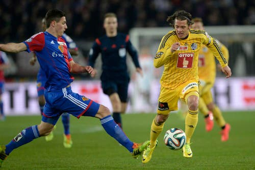 Luzerner Adrian Winter, rechts, im Spiel gegen den Basel Spieler Marek Suchi (Bild: Keystone)