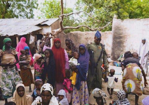 1. Mai: Die nigerianische Armee befreit rund 700 Frauen aus der Gewalt der Islamistengruppe Boko Haram. 214 sind während ihrer Gefangenschaft schwanger geworden. (Bild: EPA/NIGERIAN ARMY)