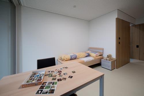 Die grosszügigen Räumlichkeiten beherbergen unter anderem eine geräumige Küche, eine Terrasse und ein grosses Wohnzimmer. (Bild: Pius Amrein)