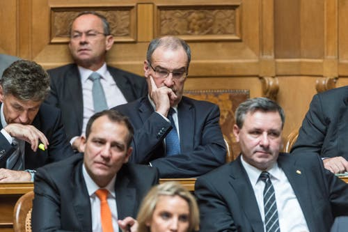 Bundesratskandidat Guy Parmelin, Mitte, ist gedankenversunken. (Bild: MARCEL BIERI)