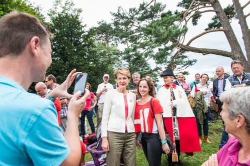 1. August Feier auf dem Rütli: Simonetta Sommaruga lässt sich mit einer Schweizer Bürgerin fotografieren. (Bild: Roger Grütter / Neue LZ)
