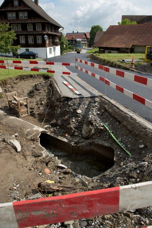 Bei dieser verstopften Röhre konnte der Götzenpfalbach nicht abfliessen und überschwemmte das Dörfli. (Bild: Dominik Wunderli (Neue LZ))