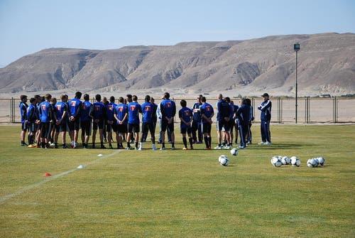 Die versammelte Mannschaft auf dem Trainingsgelände. (Bild: Daniel Wyrsch / Neue LZ)