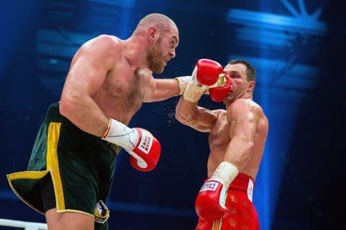Vladimir Klitschko (rechts) verpasst Tyson Fury einen Schlag. Am Ende gewinnt Fury den WM-Kampf in Düsseldorf nach Punkten. (Bild: EPA / Rolf Vennenbernd)