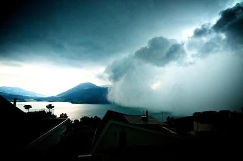 Apokalyptische Stimmung: Die Gewitterfront zieht langsam über den Ägerisee (Bild: Ines Hohenbrink)