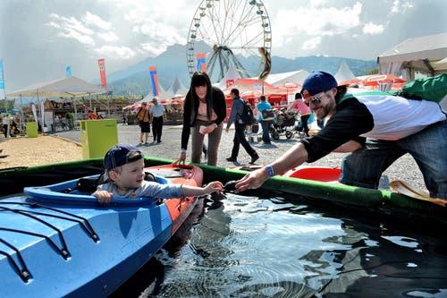 Jordan testet Kanus an der Luga zusammen mit den Eltern Manuela und Tony Fuchs. (Bild: Nadia Schärli / Neue LZ)