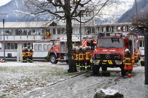 150 Einsatzkräfte von drei Feuerwehren stehen im Einsatz. (Bild: Oliver Mattmann / Neue NZ)