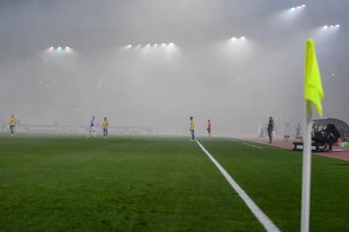 Pyro-Nebel über dem Stadion Letzigrund. (Bild: VALERIANO DI DOMENICO)