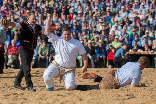 Florian Gnägi (Aarberg, links) feiert seinen Sieg gegen Christian Schuler (Rothenthurm). (Bild: Keystone / Urs Flüeler)