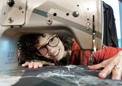 Carmen Boog stickt mit ihrer Nähmaschine am Stand Design Schenken. (Bild: Eveline Beerkircher / Neue LZ)