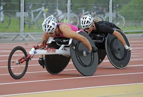 Die Rollstuhlsportlerinnnen Manuela Schär (links) und Edith Wolf-Hunkeler. (Bild: Kurt Grüter / Neue LZ)