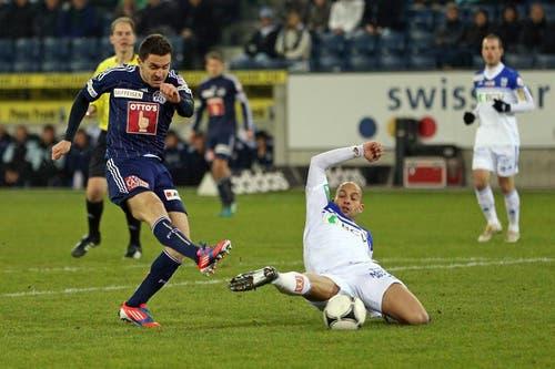 Luzerns Dimitar Rangelov (links) gegen Lausannes Gabri. (Bild: Philipp Schidli / Neue LZ)