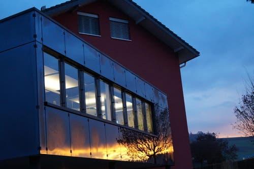Das Morgenrot verzaubert die Fassade des Gemeindehauses in Schenkon (Bild: Josef Greter)