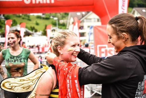 Alle werden als Finisher beglückwünscht und ausgezeichnet. (Bild: Sportograf / Colin Derks)