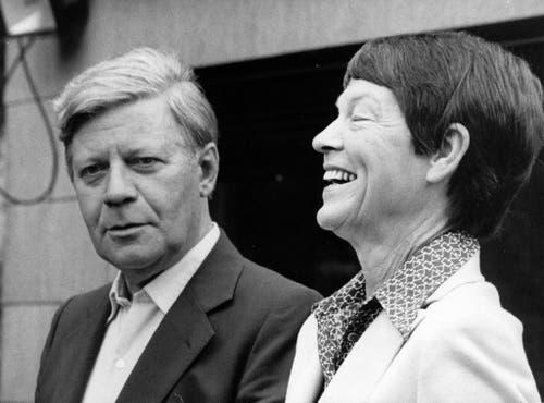 Helmut Schmidt mit seiner Ehefrau Hannelore 'Loki', fotografiert vor ihrem Ferienhaus am Brahmsee (Foto vom 6.August 1980). Loki Schmidt starb 91-jährig in der Nacht zum 21.Oktober 2010, in ihrem Haus im Hamburger Stadtteil Langenhorn. (Bild: Keystone)