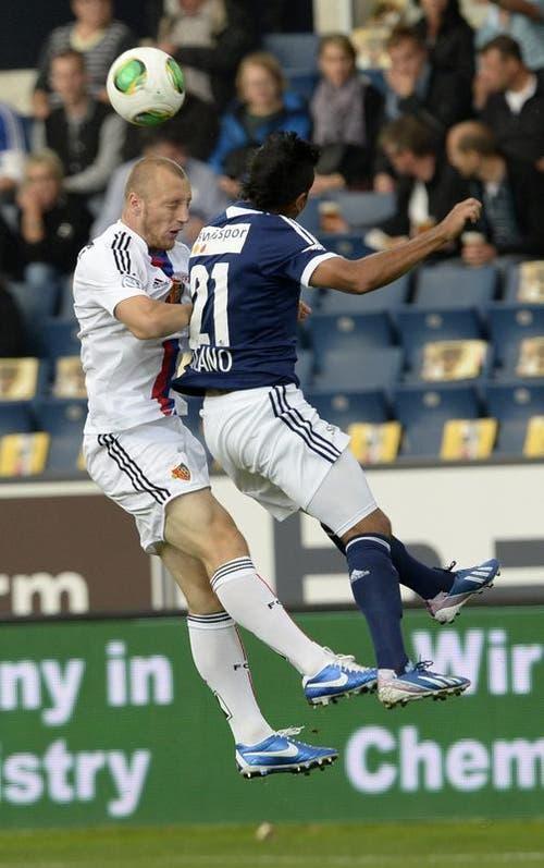 Basels Ivan Ivanov (links) gegen Luzerns Dario Lezcano. (Bild: Keystone)