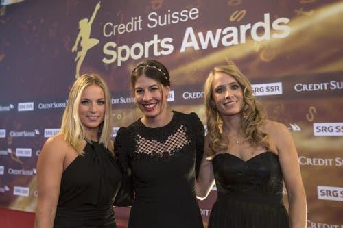 Die Skirennfahrerinnen Lara Gut, Dominique Gisin und Tamara Wolf (von links) auf dem roten Teppich. (Bild: Keystone)