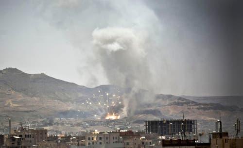 21. April: Rauch steigt auf nach einem Luftangriff saudischer Flugzeuge auf Saana, der jemenitischen Hauptstadt. Die von Saudi-Arabien angeführte Koalition bekämpft in Jemen schiitische Rebellen. (Bild: AP Photo/Hani Mohammed)