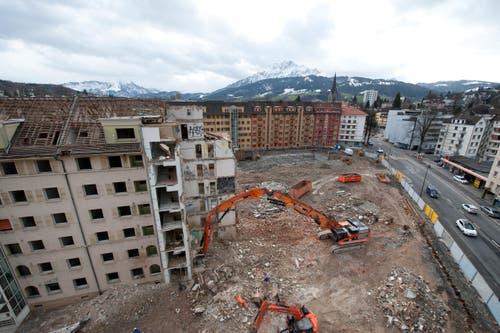 Bis Ende April dauern die Rückbauarbeiten der aktuell grössten Stadtluzerner Baustelle. (Bild: Dominik Wunderli / Neue LZ)