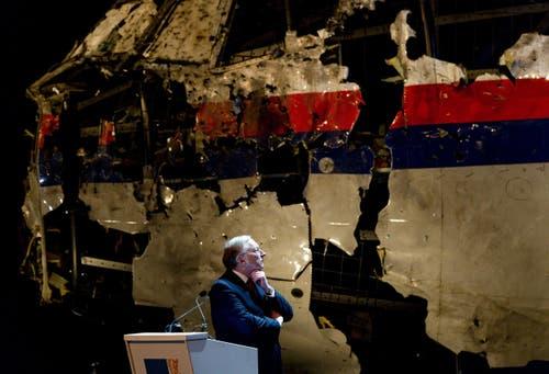 13. Oktober: Das über der Ostukraine abgestürzte Passagierflugzeug MH17 wurde nach Angaben der niederländischen Flugsicherheitsbehörde vom Gebiet der pro-russischen Rebellen aus abgeschossen. Die Ukraine und Russland machen sich gegenseitig für den Abschuss verantwortlich. Beim Absturz am 17. Juli 2014 waren alle 298 Menschen an Bord umgekommen. (Bild: EPA / Robin van Lonkhuijsen)