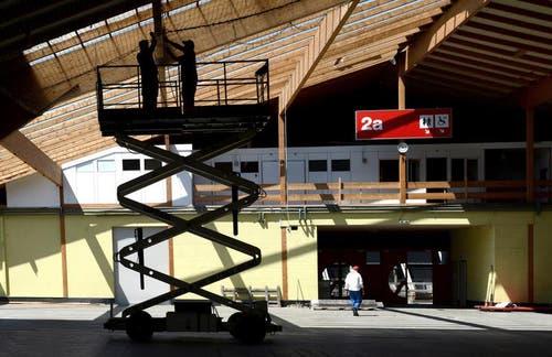 6. Juni 2013: Die alte Luga-Halle auf der Allmend wird rückgebaut. (Bild: Nadia Schärli / Neue LZ)