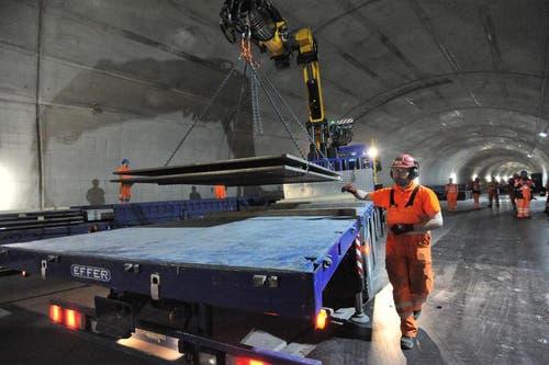 02.04.2013: Ein Lastwagen lädt Material für den Einbau der Bahntechnik ab. (Bild: Urs Hanhart / Neue UZ)