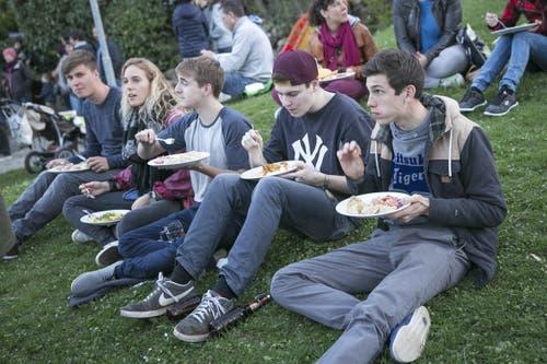 Immer eine Anlaufstelle für hungrige SMT-Besucher: die Foodzone, die sich am Mittwoch ins Freie verlagerte. (Bild: André A. Niederberger (Neue NZ))