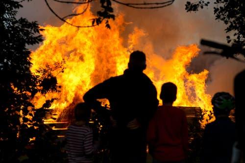 Die hohen Flammen haben das Interesse der Bevölerung geweckt. (Bild: Dominik Wunderli / Neue LZ)
