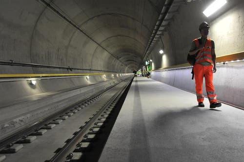 24.08.2015: Der Neat-Basistunnel steht kurz vor der Eröffnung – am 1. Juni 2016 soll es so weit sein. Ehe es Anfang Oktober in die intensivste Testphase geht, wurde den Medien ein letztes Mal die Möglichkeit geboten, das Jahrhundertbauwerk zu besichtigen. Unter anderem wurden die Journalisten durch eine Röhre geführt. (Bild: Urs Hanhart / Neue UZ)