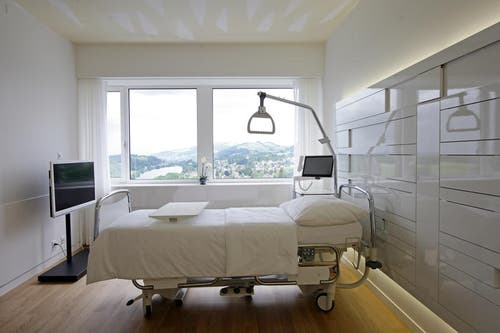 Eines der neuen Zimmer für Privatpatienten. (Bild: Philipp Schmidli/Neue LZ)