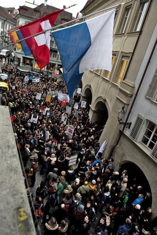 Die Schüler vor dem Regierungsgebäude. (Bild: Nadia Schärli / Neue LZ)