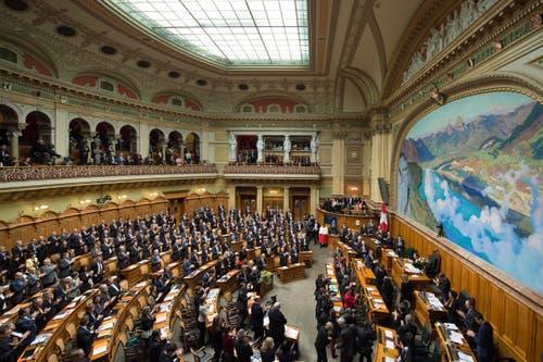 Sicht in den Nationalratssaal mit der Bundesversammlung. (Bild: KEYSTONE / PETER SCHNEIDER)
