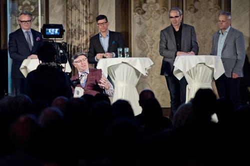 Stefan Roth, Kabarettist Veri, Moderator Jérôme Martinu, Beat Züsli und Rudolf Schweizer (von links). (Bild: Pius Amrein / Neue LZ)