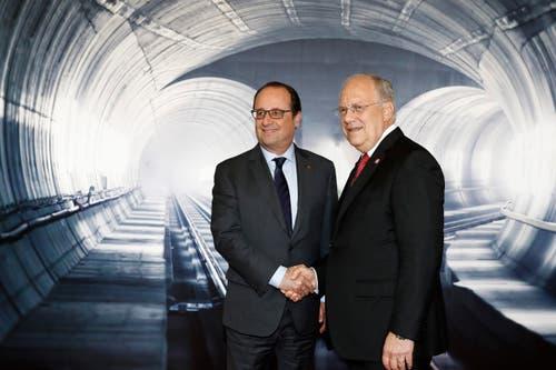 Johann Schneider-Ammann nimmt sich Frankreichs Präsident François Hollande zur Seite. (Bild: Keystone / Peter Klaunzer / Pool)