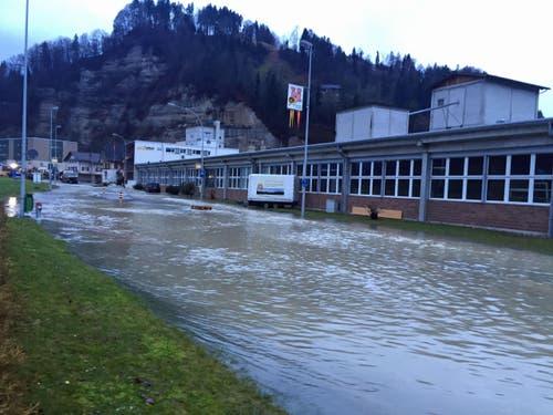 Die Kleine Emme trat über die Ufer ... (Bild: Luzerner Polizei)
