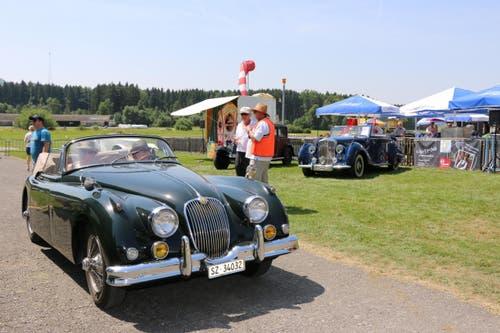 Ein Jaguar XK Roadster und ein Bentley zu Besuch auf dem Flugplatz Beromünster. (Bild: Erik Schwickardi)
