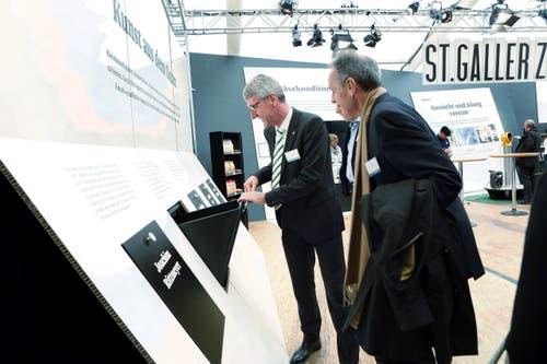 Der Gastkanton St. Gallen präsentiert sich auf einer überdimensionalen Zeitung. (Bild: Werner Schelbert / Neue ZZ)