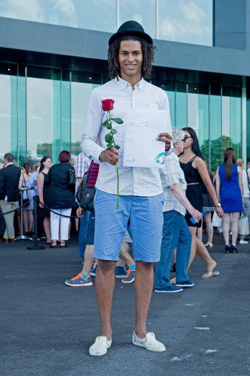 Yann Kébé, 24, Detailhandelsfachmann, Luzern: «Mein Markenzeichen sind meine Rastas, und weil ich die Lehre im Kleiderladen Paranoia gemacht habe, trage ich die coolen Kleider auch an der Diplomfeier. Wie teuer sie waren, weiss ich aber trotzdem nicht. Was ich als Skater nie anziehen würde, sind Skinny Jeans.» (Bild: Neue LZ/Dominik Wunderli)