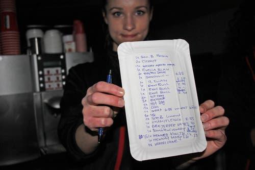 Die Verkäuferin Lea Schilling vom «Aperto» konnte nichts mehr in die Kasse tippen. Doch sie behalf sich mit einem simplen Pappteller. (Bild: Christian Volken / luzernerzeitung.ch)