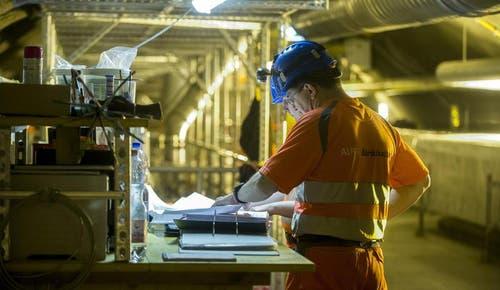 28. Mai 2014: Zwei Arbeiter in einem Technikraum, von welchem aus die Ventilatoren des Tunnels mit Normalstrom von 220 Volt versorgt werden. (Bild: Keystone)