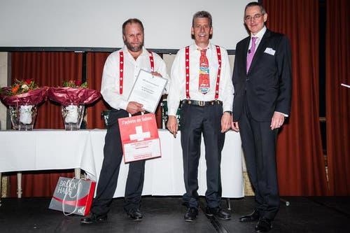 Im Bild sind Vertreter der IG Schweizerfahne Rigiwand. Von Links: Röbi Küttel, Werner Zimmermann und Stiftungspräsident Peter Kasper (Bild: Roger Grütter/Neue LZ)