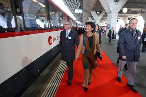 Bundesrätin Doris Leuthard (mitte) und Regierungsrat Robert Küng (links) laufen im Bahnhof Luzern in Richtung Zugeingang. (Bild: Philipp Schmidli/Neue LZ)