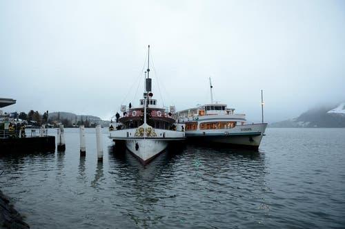 Das durch einen Brand fahruntüchtig gewordene Dampfschiff Uri (links) wird vom Motorschiff Europa (rechts) nach Luzern geschleppt. (Bild: Keystone / Urs Flüeler)