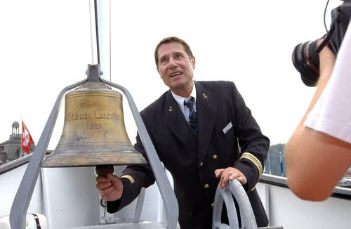 Udo Jürgens 2003 als Matrose auf dem Raddampfer «Stadt Luzern». Der Sänger musste sich auf dem Schiff als Matrose beweisen, da er bei «Wetten dass....?» in Luzern seine Wette verloren hatte. (Bild: Archiv Neue LZ / Remo Inderbitzin)