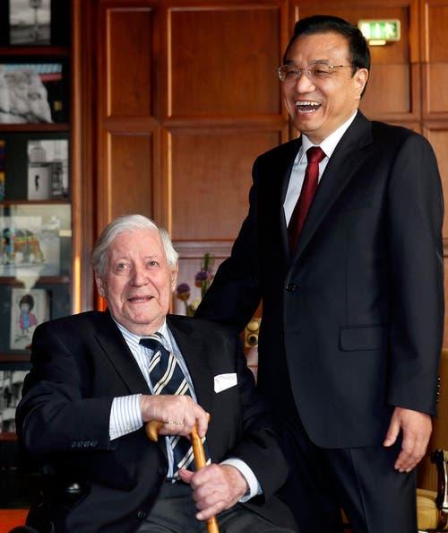 Der Premierminister von China Li Keqiang zusammen mit Helmut Schmidt an einem Meeting in Berlin am 27. Mai 2013. (Bild: Keystone)